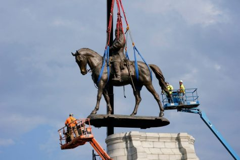 RICHMOND, VIRGINIA - SEPTEMBER 08: Crews remove a statue of Confederate General Robert E. Lee on Monument Avenue, September 8, 2021 in Richmond, Virginia. The Commonwealth of Virginia is removing the largest Confederate statue remaining in the U.S. following authorization by all three branches of state government, including a unanimous decision by the Supreme Court of Virginia. (Photo by Steve Helber - Pool/Getty Images)